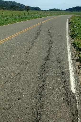 En echelon cracks where Highway 25 crosses the San Andreas Fault (Photo by Horst Rademacher)